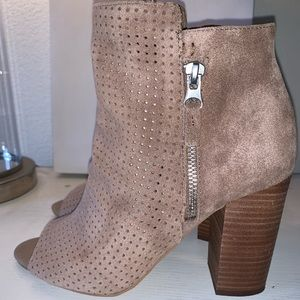 JESSICA SIMPSON SUEDE TAN ANKLE BOOTS